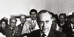 Ludovico Corrao (S) consegna un premio a Leonardo Sciascia, in una immagine del 15 gennaio 1988 a Gibellina. ANSA/ARCHIVIO